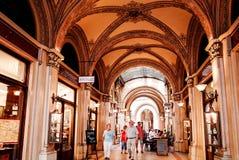 Traditionell restaurang för klassisk stil i Wien Arkivbild