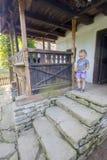 Traditionell romanian träfarstubro royaltyfri fotografi