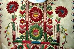 Traditionell rumänsk ungersk dräktdetalj med blommamotiv Royaltyfria Foton