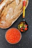 Traditionell rysk mat Röd kaviar och nytt bakat bröd Royaltyfria Foton