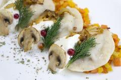 Traditionell rysk matklimpar eller vareniki, deg med kött eller annan stoppning, med mjöl och ägget som tjänas som på en tabell arkivfoton