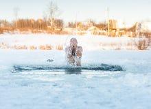 Traditionell rysk vinterrekreationsimning Royaltyfria Bilder