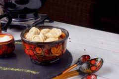 Traditionell ryss eller ukrainsk mat - pelmeni- eller köttklimpar, copyspace royaltyfri bild
