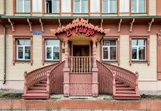 Traditionell ryssrestaurang i trähuset i Arkhangelsk Arkivbild