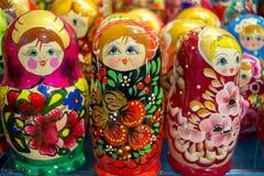 Traditionell rysssouvenir - docka som göras av trä Arkivfoton