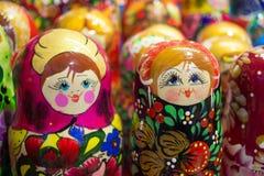 Traditionell rysssouvenir - docka som göras av trä Fotografering för Bildbyråer