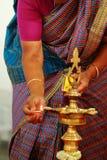 Traditionell södra indisk mässingsolje- lampa med folk, hinduiska bröllopritualer arkivbild