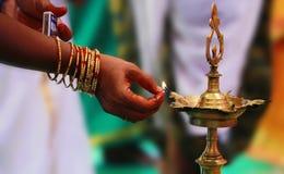 Traditionell södra indisk mässingsolje- lampa 'Nilavilakku', Under händelser gilla inflyttningsfest, förbindelsen etc. , är Nilav royaltyfria foton