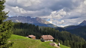 Traditionell södra tyrolean lantgård framme av det Catinaccio berget royaltyfri foto