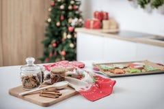 Traditionell söt julbakelse i kök arkivfoton