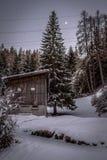 Traditionell schweizisk bondekoja i snöig berglandskap arkivbild