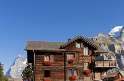 Traditionell schweizisk chalet arkivbilder