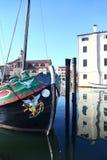 Traditionell segelbåt & kanal i Chioggia, Italien Arkivfoton