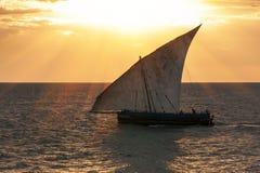 Traditionell seglingskyttel för Dhow Royaltyfri Bild