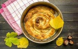 Traditionell serb Gibanica med ost, ägg och gräsplannärbild på tabellen och yoghurten horisontalsikt från över royaltyfri fotografi