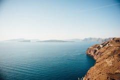 Traditionell sikt av ön av Santorini med det blåa havet, öar royaltyfri foto