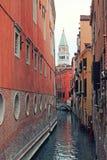 Traditionell sikt av Venece med kanal- och St-fläckar Campanila arkivbild