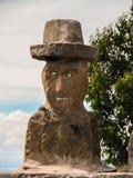 Traditionell skulptur av en byst för man` s på den Taquile ön, i sjön Titicaca Fotografering för Bildbyråer
