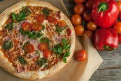 Traditionell smaklig italiensk pizza Arkivbilder