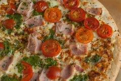 Traditionell smaklig italiensk pizza Royaltyfri Fotografi