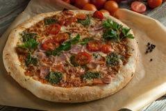 Traditionell smaklig italiensk pizza Fotografering för Bildbyråer