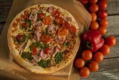 Traditionell smaklig italiensk pizza Arkivfoto