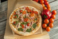 Traditionell smaklig italiensk pizza Royaltyfri Bild