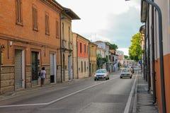 Traditionell smal gata i den historiska mitten av Rimini, Ital fotografering för bildbyråer