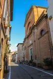 Traditionell smal gata i mitten av Rimini, Italien arkivfoton