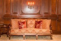 Traditionell soffa i inställning Royaltyfri Bild