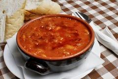 Traditionell soppa för Balkan pasuljböna med bröd Royaltyfria Foton