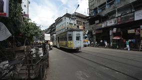 Traditionell spårvagn i Kolkata (Calcutta) på M G väg Indien arkivfilmer