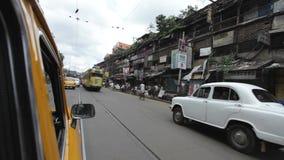 Traditionell spårvagn i Kolkata (Calcutta) på M G väg Indien lager videofilmer