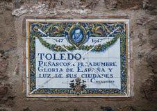 Traditionell spanjortegelplatta på väggen av byggnad Arkivbild