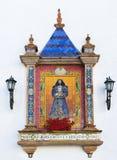 Traditionell spanjortegelplatta på väggen av en kyrka Arkivbild