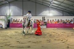 Traditionell spansk hästridning och en flamencodansare royaltyfri fotografi