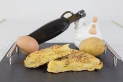 Traditionell spansk omelett på svart tavlatabellen Spanska Torti royaltyfria foton