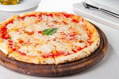 Traditionell sten-bakad i stånd pizzamargarita för selektiv fokus Fotografering för Bildbyråer