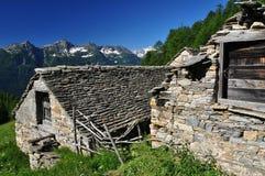 Traditionell stenbergarkitektur alpint hus Arkivbilder