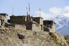 Traditionell stenbyggandeby av Manang Berg i bakgrunden Annapurna område, Himalaya, Nepal royaltyfri bild