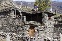 Traditionell stenbyggandeby av Manang Berg i bakgrunden Annapurna område, Himalaya, Nepal royaltyfri fotografi