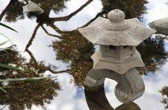 Traditionell stenlampa i japanträdgård Royaltyfria Bilder