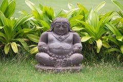 Traditionell stenskulptur i trädgård bali indonesia royaltyfria foton