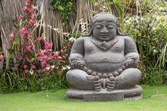 Traditionell stenskulptur i trädgård i Bali, Ubud, Indonesien royaltyfri fotografi