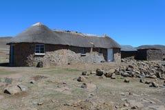 Traditionell stil av hus i kungarike av Lesotho, Afrika Royaltyfria Bilder