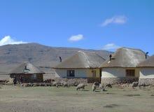 Traditionell stil av hus i Lesotho på det Sani passerandet på höjd av 2 874m Arkivfoton