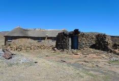 Traditionell stil av hus i Lesotho på det Sani passerandet på höjd av 2 874m Royaltyfri Fotografi