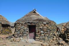 Traditionell stil av hus i Lesotho på det Sani passerandet på höjd av 2 874m Fotografering för Bildbyråer