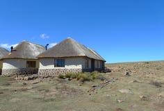Traditionell stil av hus i Lesotho på det Sani passerandet på höjd av 2 874m Arkivbilder