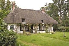 Traditionell stuga för thatched tak Arkivfoto